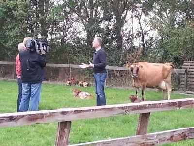Otto Jan Bokma staat televisie ploeg van Een Vandaag te woord.